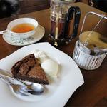 サンクス ア ロット - くるみ入りガトーショコラと紅茶(690円)