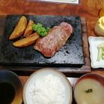 とんかつ石焼ステーキ石の家 - 料理写真:味噌汁と漬物が街の食堂っぽくて好き!