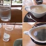 風の扉 - お水もミルク入れも、斜め45度のグラス。