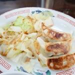 岡山らぁめん 麺屋照清 - ドッカンセットの餃子とゆでキャベツ