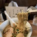 らーめん佳 - 麺は加水率低めの自家製ストレート麺