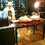 アッサンブラージュ - 左には天ぷらコーナー。次は握り寿司に変わるそうです。