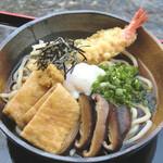 麺房 美よし - 贅沢ぶっかけうどん 1250円  海老天ぷら、甘あげ、しいたけ甘煮、温泉玉子、九条葱、のり、しょうが  その名の通り 具材ごとに楽しめる贅沢な一品です。