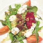 ブラッスリー・ヴィロン 渋谷店 - アスパラガスと山羊チーズ×フロマージュブランのサラダ。