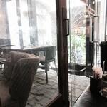 メフィストフェレス - 内観写真:フツーに中庭の見える席に。