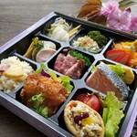 zukekura DELI&CAFE - 自家製ローストビーフや海峡サーモンのグリル、鶏かつ生姜あんかけ、更に当店自慢の季節野菜をたっぷり使ったお惣菜の数々。豪華なお弁当