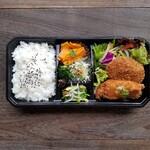 zukekura DELI&CAFE - 自家製の出汁コロッケと鶏かつの生姜あんかけ、そして3種のお野菜惣菜をセット
