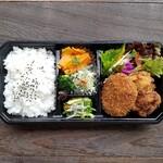zukekura DELI&CAFE - 自家製の出汁コロッケと柔らかい唐揚げ、そして3種のお野菜惣菜をセット