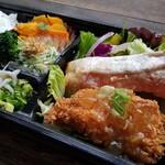 zukekura DELI&CAFE - 海峡サーモンのグリルと自家製の鶏かつの生姜あんかけ、そして3種のお野菜惣菜をセット