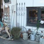 カフェ・ミエル - 窓の向こうにも木馬。ちょっと怖い?