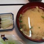 美保 - 美保 @本蓮沼 定食に付く味噌汁と漬物・昆布の佃煮
