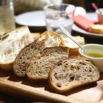 炭ビストロ コショネキッチン - 政次郎さんのパンの盛り合わせ
