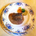 プティ シャルトルーズ - 牛ホホ肉の赤ワイン煮込み。重さのある、伝統的なフランス料理のソースは今や貴重かも