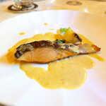 プティ シャルトルーズ - サーモンのポワレ・菜の花クリーム。カリカリの皮目が美味、濃厚なクリームで楽しむ