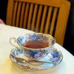 プティ シャルトルーズ - 食後の紅茶。ティーカップはロイヤル・アルバート