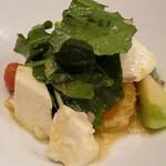129660131 - モッツアレラと青トマト,みかんのサラダ,ルッコラ添え