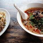 點心 - 料理写真:牛筋担々麺とサービス半チャーハン