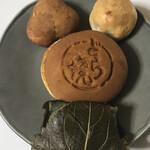 kashidokorokikuya - 左上 茶の実    右上 ちゃっぽんぽん             真ん中 どら焼   下 よもぎ餅