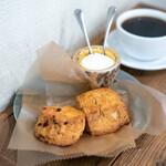 サウザンドコーヒー - 全粒粉とくるみのスコーン、 4種ベリーホワイトチョコのスコーン