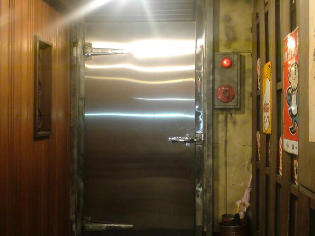 新宿ホルモン - 店の入口は大型冷蔵庫のドア(笑)