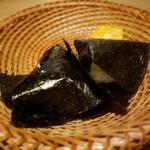 129716184 - 羽釜で炊き東京湾の江戸前海苔のおにぎり