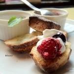 ブリキボタン CAFE&DINING - スコーン ベリーソース