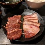 安楽亭 - ロースとカルビ(肩肉とバラだね)