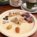 ラ・ボンヌ・ヌーベル - カツオの稲わら燻製と春キャベツのシュークルート