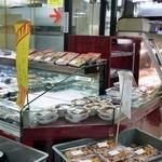 ザックザク 宝屋 - お弁当や総菜が並びます