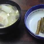 12974902 - 最初に提供される漬物とセットのけんちん汁です。