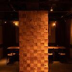 堺筋本町 路地裏ダイニング じぇいず - ワイン箱を使用した柱など、こだわりがたくさん♪