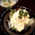 鉄板焼き しんご - 付きだしと「ポテトサラダ(イカとホッキ貝入り) \450