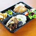 Egg's country - 茄子のキーマカレー & 岩塩とハーブのチキンソテー  980円【テイクアウトメニュー】