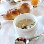 岩崎台倶楽部 グラスグラス - 滑らかな口当たりの春蕪のクリームスープ パン