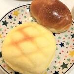 パン工房FLOR - メロンパン(手前)、バターロール