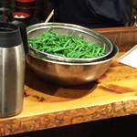 しんぱち食堂 - 茹で上がったばかりの緑鮮やかな隠元