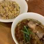 マジックス・キッチン - 料理写真:Bランチの醤油ラーメンミニとチャーハンミニ