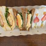 ザ・サンドイッチスタンド - こうして見ると、軽食とは言い難い(笑)