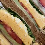 ザ・サンドイッチスタンド - この黒いパンがまた美味しい♪
