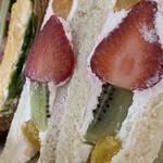 ザ・サンドイッチスタンド - フルーツサンドが一番好みでした♡美味しい生クリームです