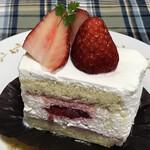 129861381 - 味わいの異なる苺とたっぷり生クリームのショートケーキ!!