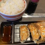 本格豚骨ラーメン 恵壱 - 餃子3個+ご飯(大盛りに変更無料)380円