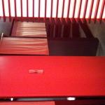 ベンガラ - 赤と黒を基調とした開放感のある店内。