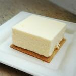 メゾン イー - チーズケーキ ヨーグルトレアチーズケーキのようできちんとチーズ香る所が印象。下のグラハム生地もバターリッチでザクザクしてポイント高い