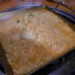こないち - ホルモン鉄板鍋⑤ 溶き卵を投入、煮立ってきたら雑炊みたくなってきた