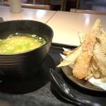 武膳 - ゴボウ天うどん(通常600円ですが、麺をハーフにしましたので500円)