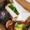 ディア タイム - 料理写真:おにぎり、から揚げ、サンドイッチ、サラダ、マカロニ。