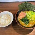 拉麺ぼうず - 料理写真:拉麺ぼうず@鶴ヶ峰 とんこつらーめん・キャベツ+ライス(680円・100円+100円)