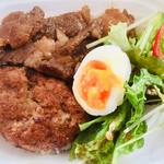 モンシュシュ - 十穀米のよくばり肉丼。ステーキとハンバーグ!