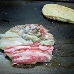 ふじ - 調理中のチャンポン焼きと、のり巻き